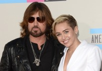 Miley Cyrus con Billy Ray Cyrus en photocall
