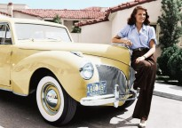 Rita Hayworth apoyada en su 1941 Lincoln Continental