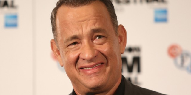 Tom Hanks intentando sonreir