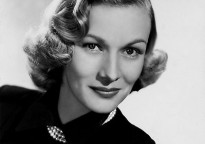 Veronica Lake con un collar de perlas